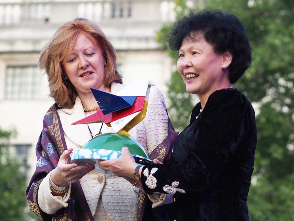 "National Gift ""Salam"" to London from MATRADE CEO Datuk Dr Wong Lai Sum to Deputy Mayor of London Victoria Borwick"