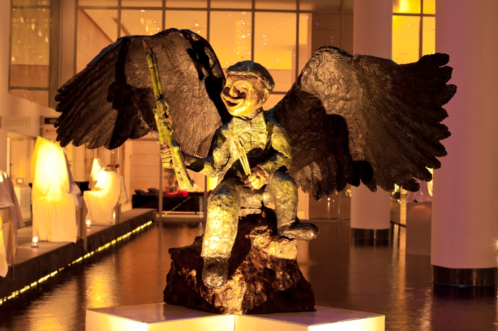 """""""Angle of Love"""" sculpture by Ch'ng Huck Theng"""
