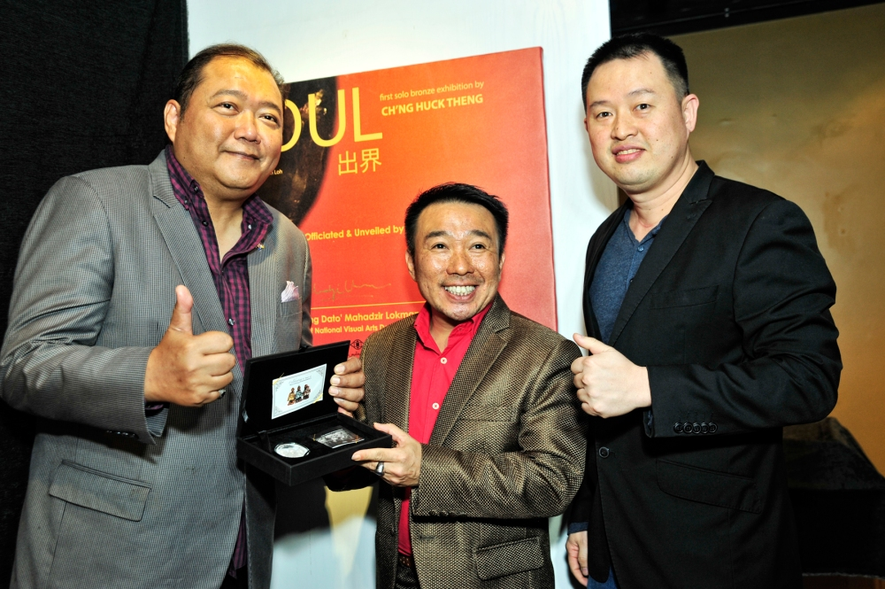 """(from left to right) Dato' Mahadzir Lokman, Winson Loh, Ch'ng Huck Theng with the """"Anak Malaysia"""" limited edition silver coin"""